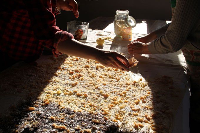 Sprinkling cinnamon and vanilla over strudel fillings