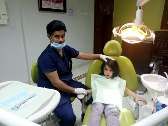 طبيب سعودي يستخدم الليزر في معالجة الأسنان دون تخدير أو آلام