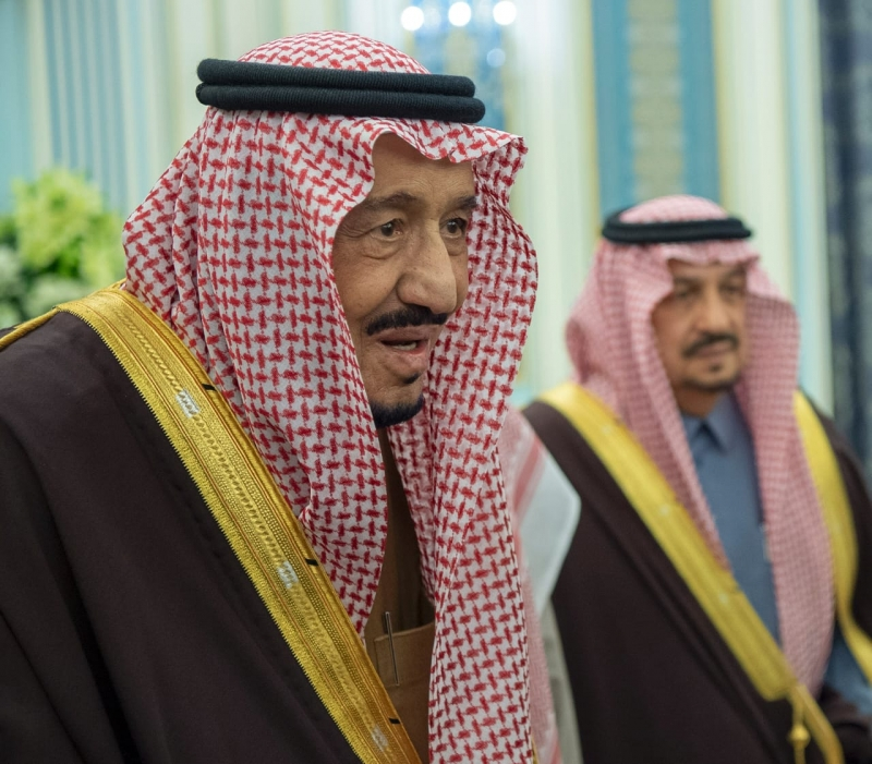 الملك سلمان يستقبل الأمراء والمفتي والعلماء وجمعا من المواطنين