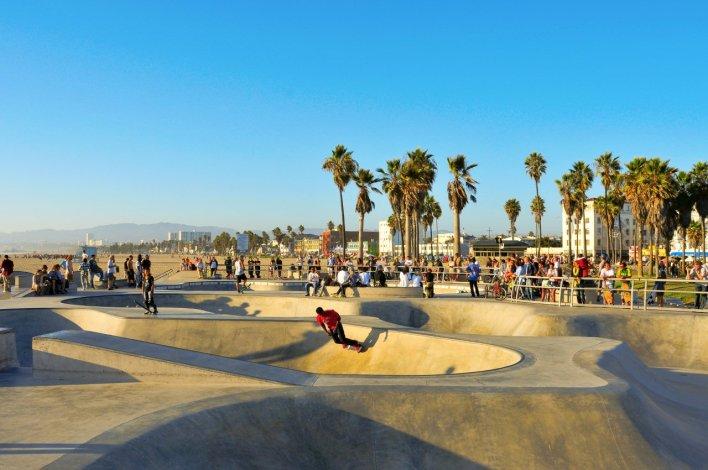 شاطئ فينيسيا الأكثر شعبية في لوس أنجلوس بكاليفورنيا   المرسال