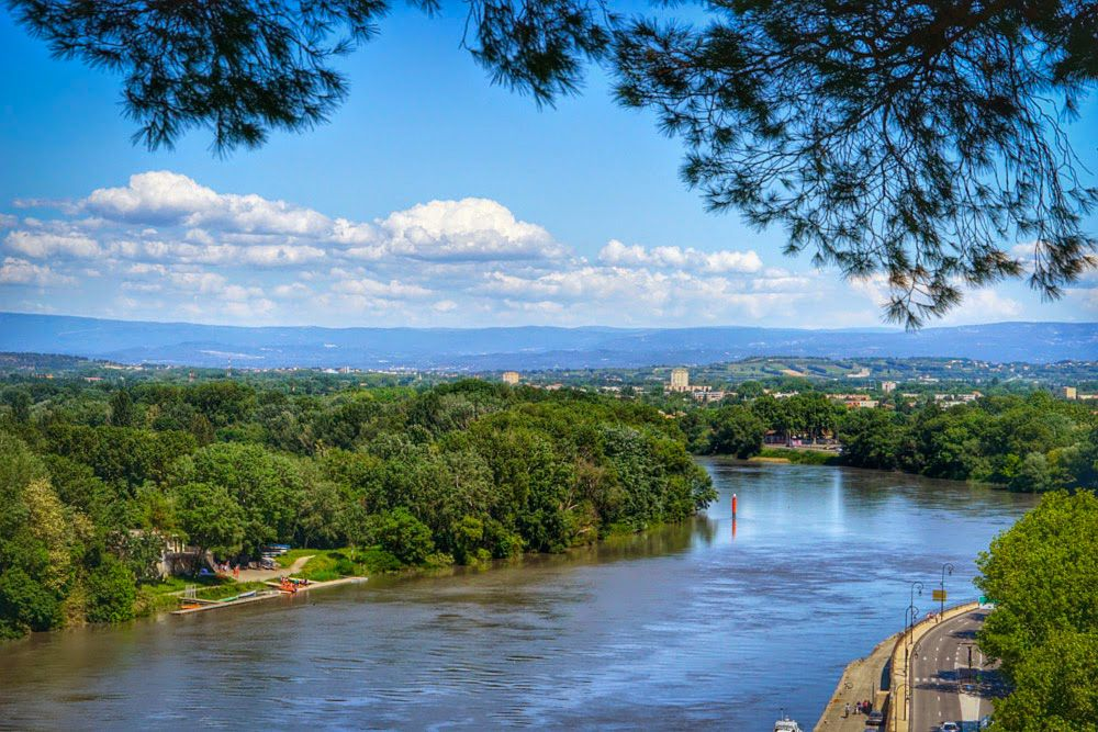 المناظر الطبيعية على جانبي نهر الرون