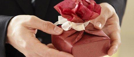 تفسير رؤية الهدية في المنام المرسال