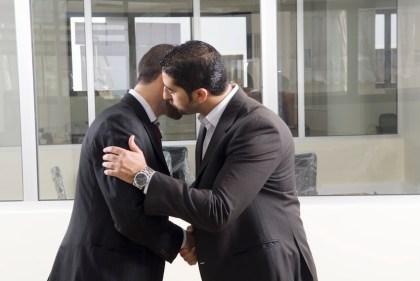 تفسير حلم القبلة من شخص متخاصم معه في المنام