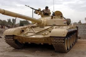 بالصورة: عسكري سكران يحطم سور منزل بدبابة