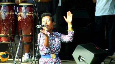 Photo of بالفيديو..مطربة سودانية تظهر في احد النوادي الليلية بأمريكا وهي تغني الأغاني السودانية للأجانب
