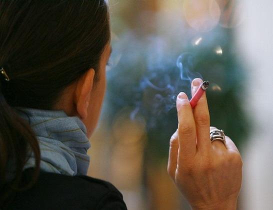امراة مدخنة تدخن