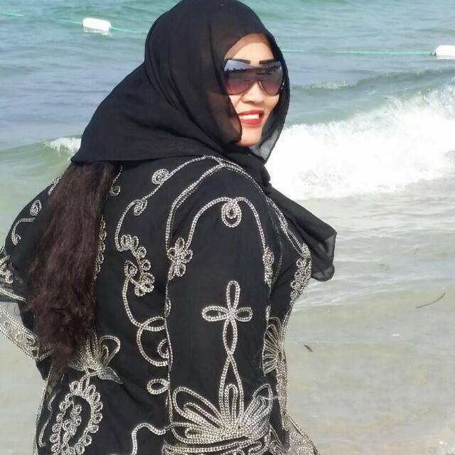 """فاطمة الصادق تستعد للنزول داخل مياه البحر المتوسط وأصدقائها يطالبونها بلبس """"الكسكتة"""""""