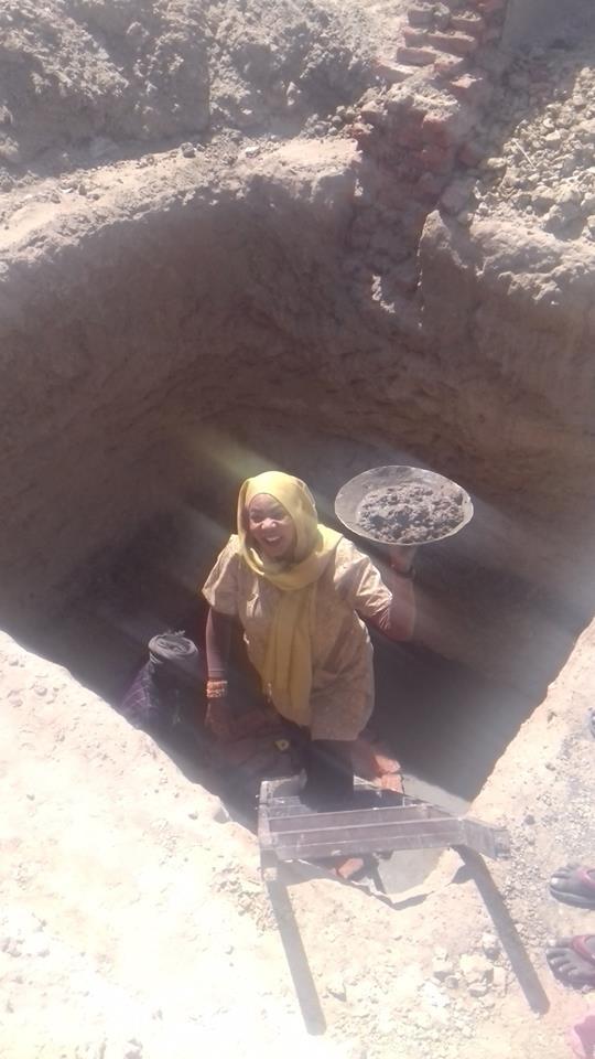 ما هي قصة الفتاة السودانية التي تعمل في بناء آبار السايفون؟ وماذا قالت عن هذا العمل الشاق؟