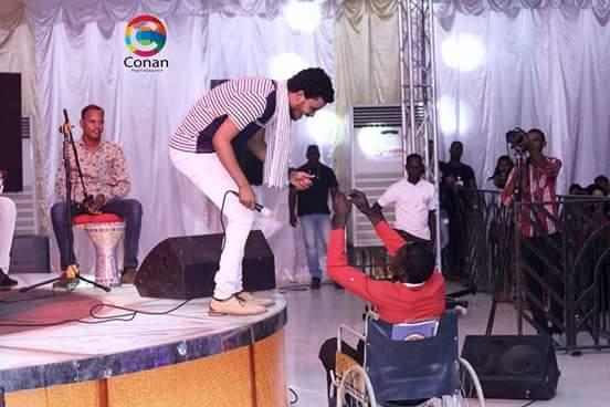 """الفنان حسين الصادق ينزل من المسرح ليصافح """"معاق"""""""