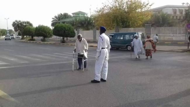 رجال شرطة المرور بالسودان يواصلون حصد الاعجابات بمواقفهم الإنسانية وآخرها مساعدة العجزة والمسنين علي عبور الشارع العام