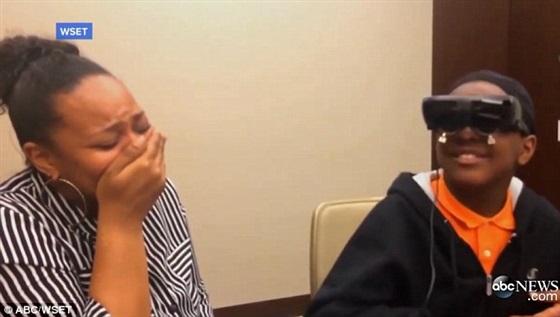 رد فعل صبي أعمى يرى والدته للمرة الأولى
