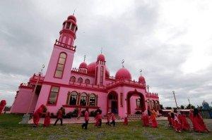 بالصور.. مسجد فريد من نوعه باللون الزهري في الفلبين3