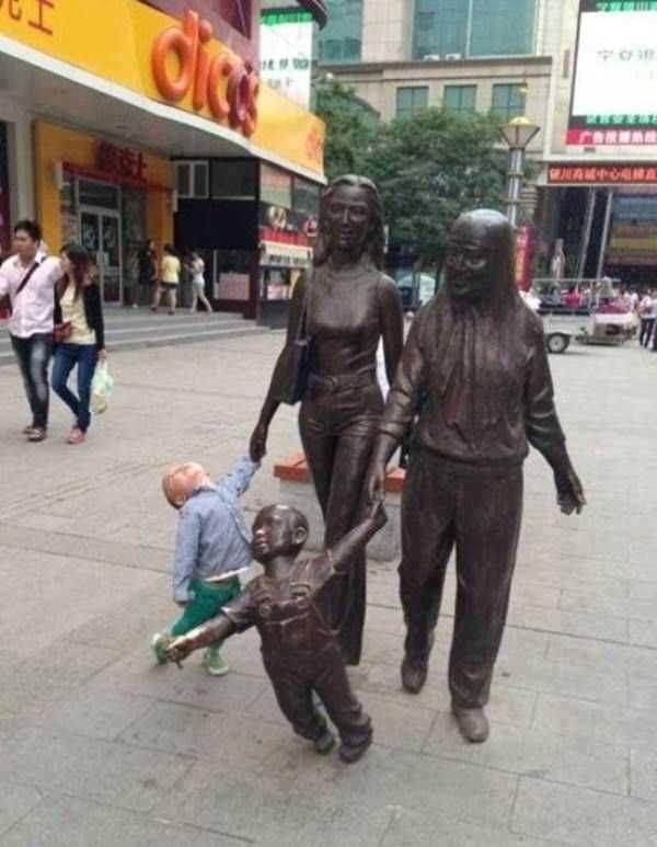 أطرف ردود أفعال الأطفال عند مشاهدة تماثيل بشرية4