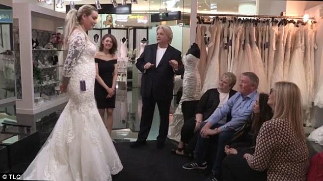 رجل يكتشف سرا أخفته ابنته العروس لسنوات