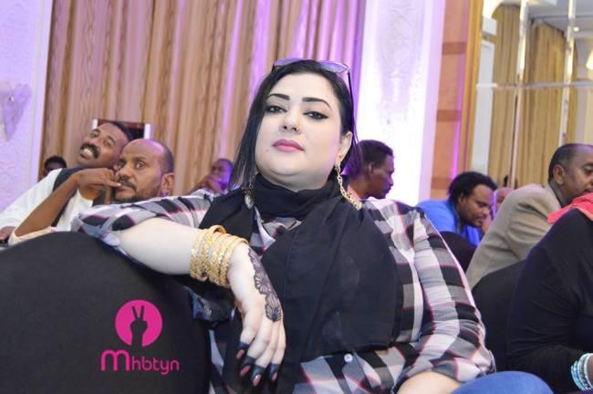 المطربة السودانية مونيكا روبرت تعود لخطف الأضواء