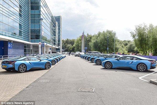 رئيس ليستر سيتي الإنجليزي يكافئ لاعبيه بـ19 سيارة فارهة1