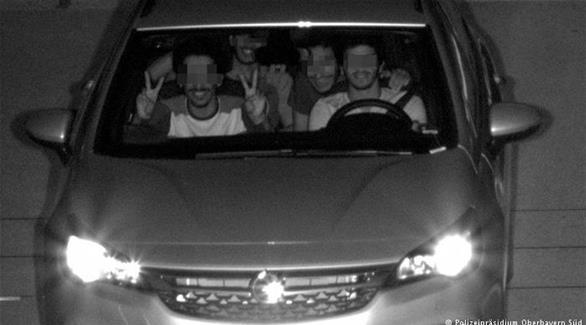 رادار السرعة يلتقط سلفي غريب لشبان إماراتيين في ألمانيا
