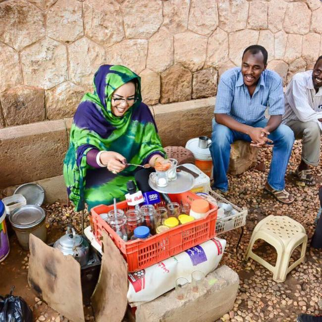 وسائل الإعلام السودانية تهتم بمبادرة الفنانة ندى القلعة التي تدعم من خلالها بائعات الشاي