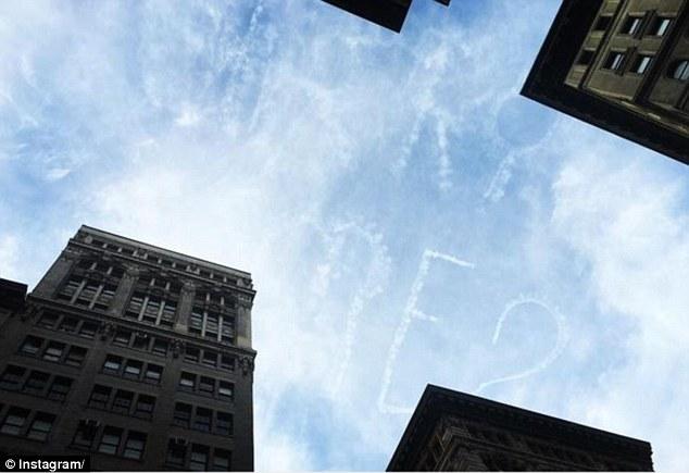 طلب زواج بسماء نيويورك يثير حيرة المارة1