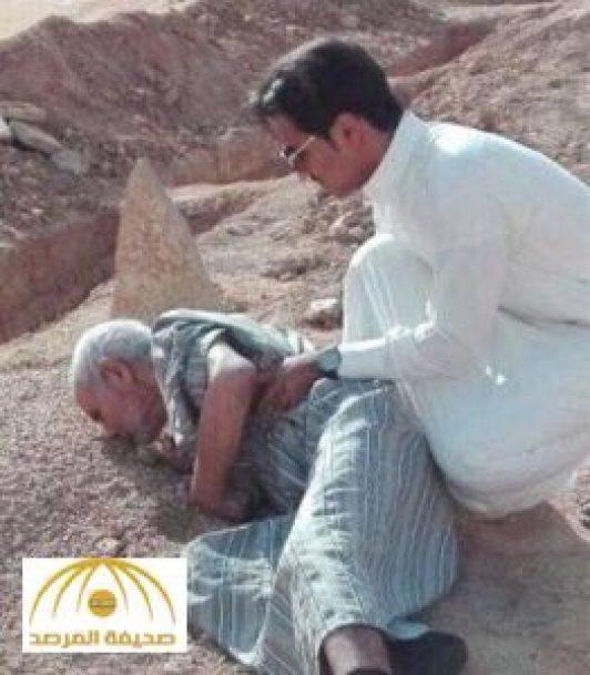 مسن يقبل قبر زوجته