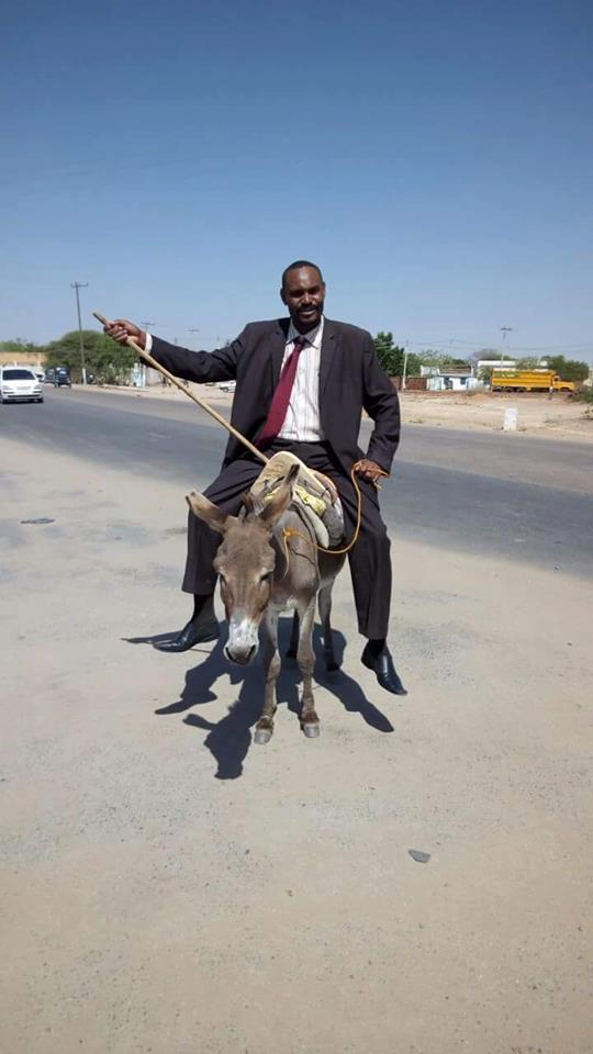 بالصور..برلماني سوداني سابق يسلم مذكرة احتجاجه على ارتفاع الأسعار وهو راكباً على ظهر حمار