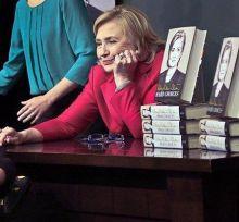 Photo of بالفيديو: هيلاري كلينتون تتعرض لموقف محرج أثناء إلقاء كلمة.. حاولت التدارك لكن دون جدوى!