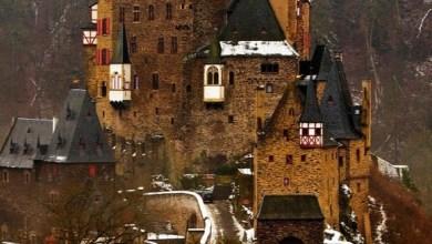 Photo of من قلاع ألمانيا الساحرة – قلعة الألتس التي تعد واحدةً من أجمل القلاع الألمانية، وتقع في تلال نهر الموزيل بين مدينتي كوبلنز وترير ويعود تاريخ بنائها للقرن الثاني عشر.