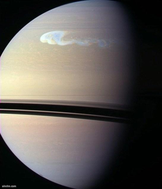 عاصفة على كوكب زحل تم رصدها بواسطة مركبة الفضاء كاسيني  على بعد 1.8 كيلو متر - هذه العاصفة تعادل نصف حجم كوكب الأرض!!