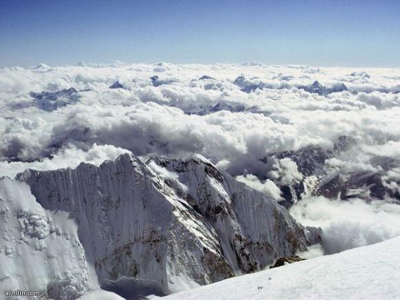 نظرة إلى العالم من أعلى - صورة اخذت من قمم جبال ايفرست عام 1963 بواسطة الأمريكي باري بيشوب
