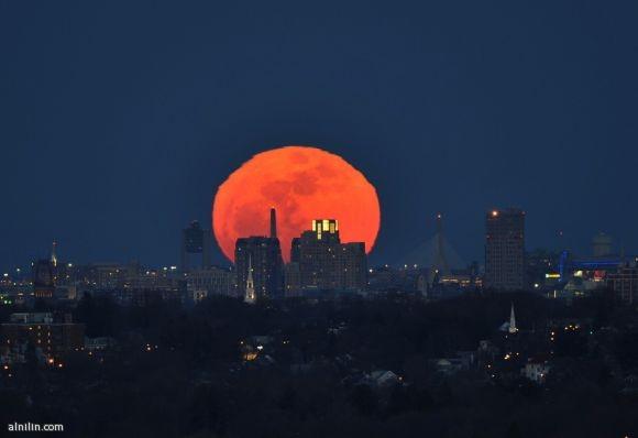 طلوع القمر في بوسطن - يبدو أكبر 14% وأكثر إشراقاً 30% وذلك عندما يكون في أقرب نقطة للأرض