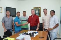 Prefeito de Joaquim Beltrão recebe no gabinete o novo técnico do Coruripe