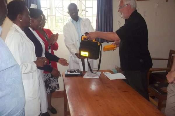 Rugarama Hospital receive a defibrillator