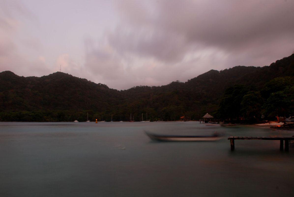 Ein Boot am Abend in Sapzurro, Kolumbien.