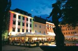 In Lienz spielt sich das sommerliche Nachtleben am Marktplatz ab.