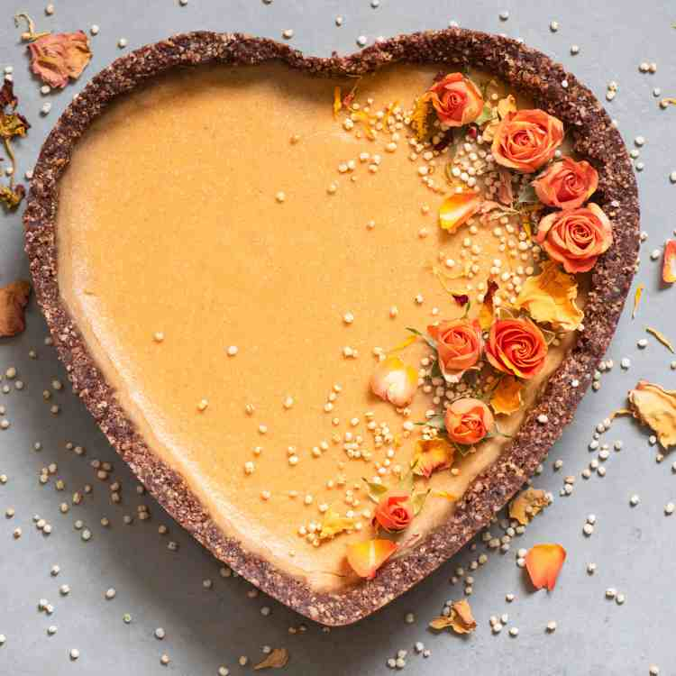 Vegan_Pumpkin_Pie with orange flowers, puffed quinoa