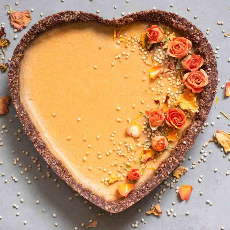 Vegan_Pumpkin_Pie with orange flowers, puffed quinoa