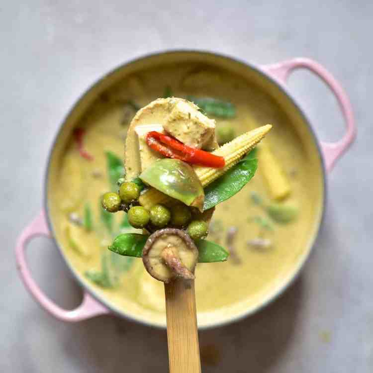 creamy vegan thai green curry recipe, home-made curry paste and coconut milk with vegetables and tofu
