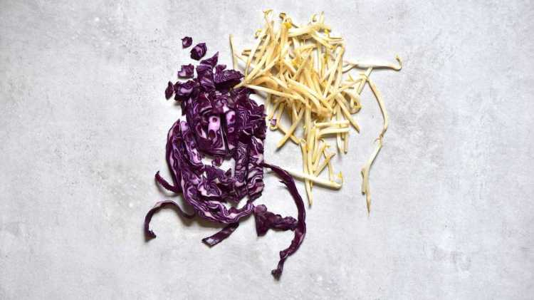 How to taint mung bean sprouts with red cabbage
