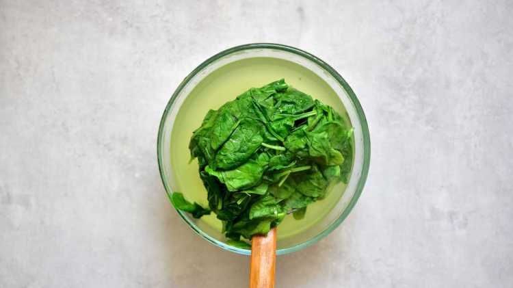 Wilting fresh baby spinach in hot water