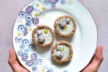 Mini green tarts with dragonfruit balls and daisy flowers