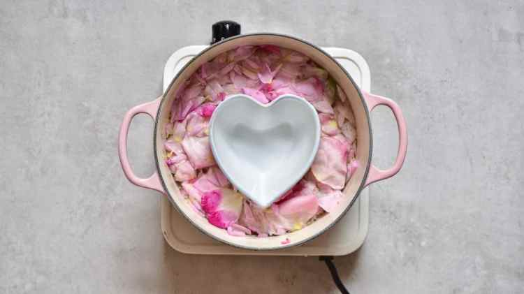 organic DIY rose water. 2-ingredients. plus the benefits of using rose water for beauty, ingesting and mental health