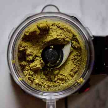 blending up some homemade pistachio butter - a delicious DIY holiday gift / Edible christmas gift