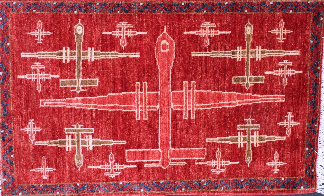 """Figura 1. Gli aspetti della """"guerra dei droni"""" sembrano ormai caratterizzare la vita delle popolazioni civili come in Afghanistan, dove gli UAV hanno contagiato anche l'antica tradizione della produzione artigianale dei tappeti. Fonte: warrug.com"""