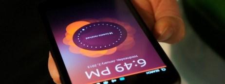 Ubuntu-Phone-lock-screen-hand-462x346