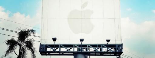 apple-logo-on-blank-billboard