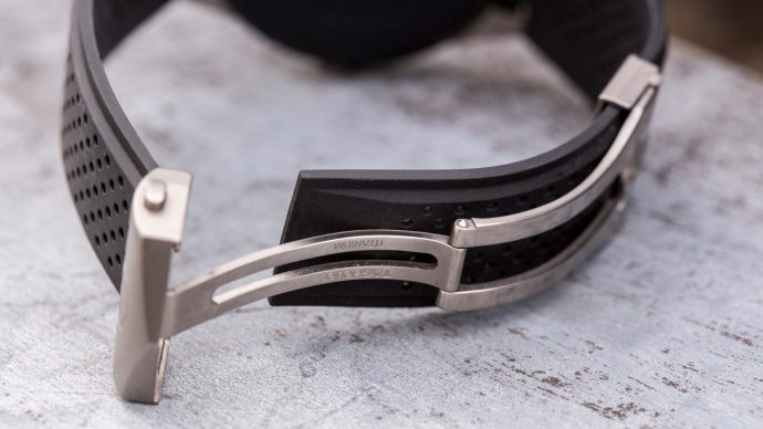 TAG Heuer Connected: Titanium deployment clasp