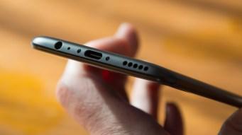 OnePlus 5 bottom edge