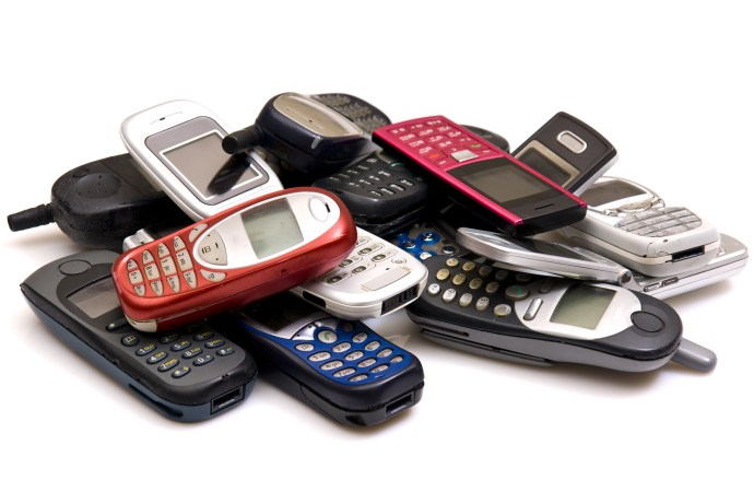 06-old-cellphones