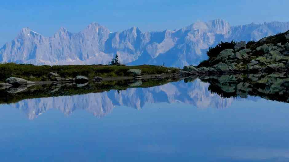 Im Spiegelsee auf der Reiteralm. spiegelt sich der Dachstein. Der mittlere Gasslsee gilt als einer der schönsten Bergseen in den Schladminger Tauern.