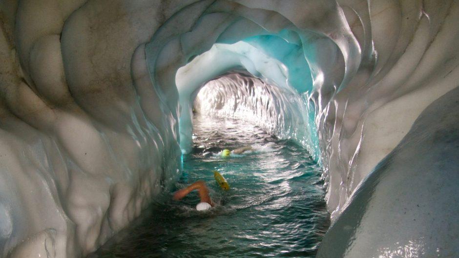 Eisschwimmen extrem im Eispalast des Tuxer Gletschers- mit extremem Luftmangel aufgrund der Seehöhe